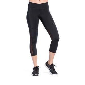 NWT. Nike Women's Midrise Capri Leggings
